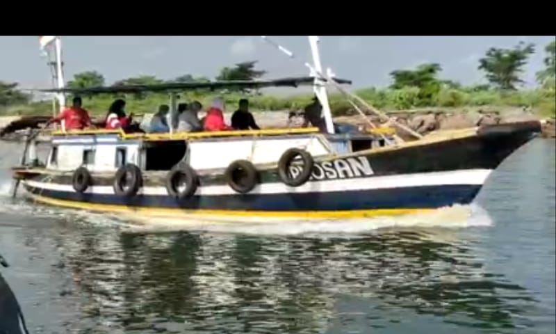 Perahu kayu penumpang dan mancing